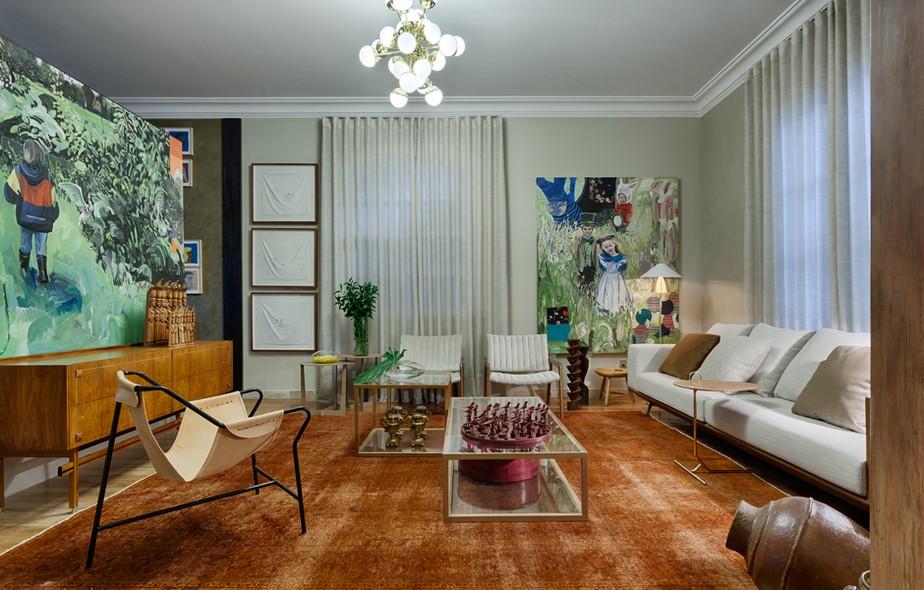 A arquiteta Ana Paula Carneiro mistura conceitos antigos e modernos quando utiliza o aparador dos anos 1950 e a cadeira clássica reeditada da Lina Bobardi. Esculturas de madeira, o tapete Indiano e as obras de arte coloridas complementam o ambiente