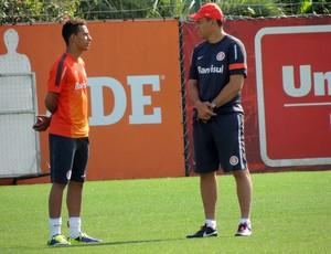 Clemer conversa com João Afonso em treino do Inter (Foto: Tomás Hammes / GLOBOESPORTE.COM)