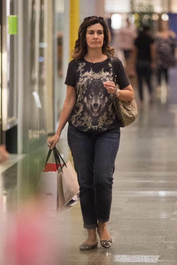 Fátima Bernardes passeia sozinha em shopping do Rio