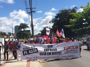 Manifestantes desceram a Av. Fernandes Lima em caminhada até o centro de Maceió (Foto: Carolina Sanches/G1)