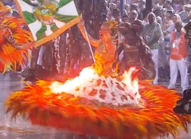Fogo em fantasia queimou porta-bandeira (Foto: Reprodução/TV Globo)