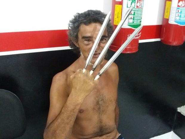 """Homem usou """"garras"""" para ameaçar policiais (Foto: G1)"""