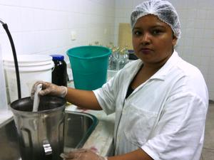 Atualmente, Sohervas faz experimentos com aguardente de açaí (Foto: Camila Henriques/G1)