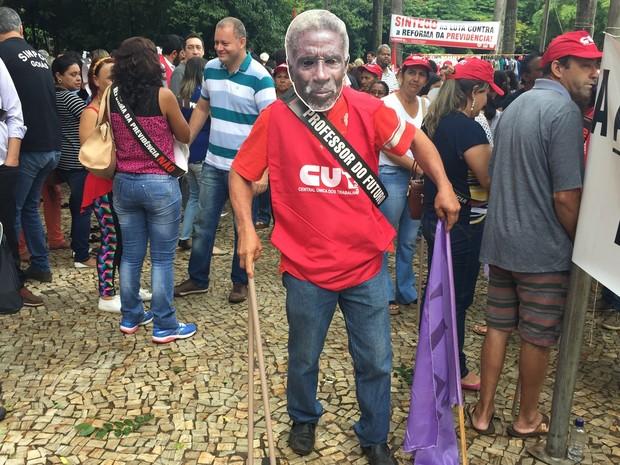 Goiânia: manifestantes usam máscaras de idosos em frente à Assembleia Legislativa de Goiás nesta quarta-feira (15) (Foto: Danielle Oliveira/G1)