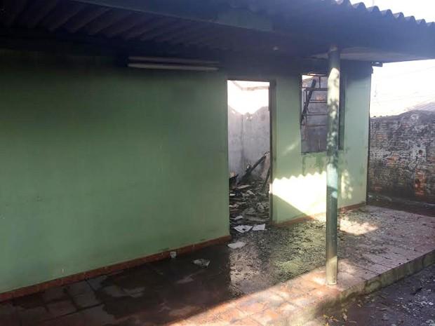 Segundo moradores, bombeiros proibiram a entrada no imóvel, pois há risco de desabamento (Foto: Pedro Mathias/G1)