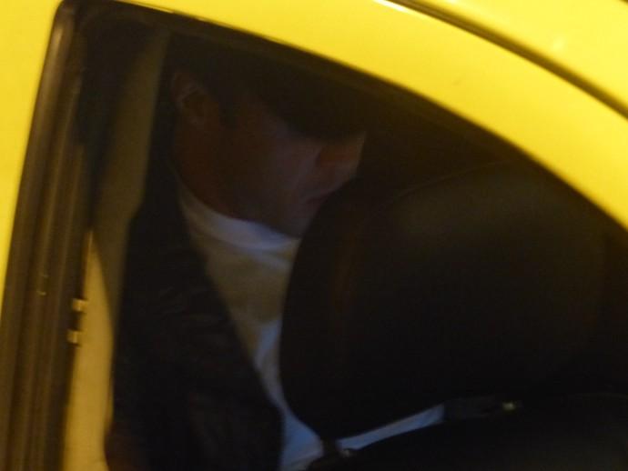 Kleber entra rapidamente no táxi e não fala com os torcedores do Vasco (Foto: Thiago Benevenutte)
