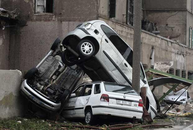 Carros ficaram empilhados após passagem de tornado em Taranto (Foto: Reuters)