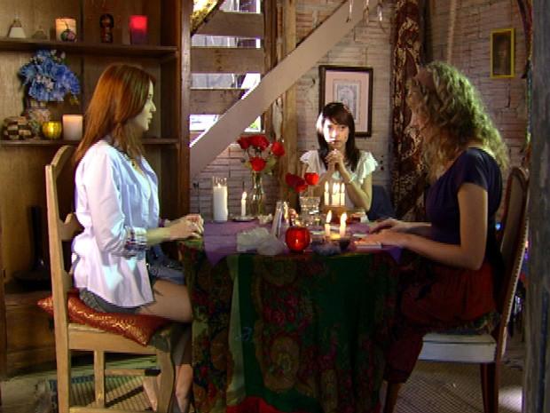 Débora faz uma consulta para saber seu futuro (Foto: Malhação / TV Globo)