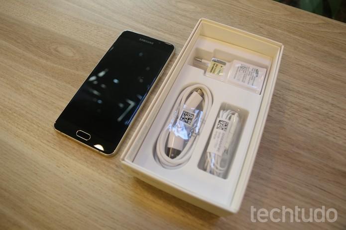 Galaxy A7 chega com configurações poderosas e carregador rápido (Foto: Caio Bersot/TechTudo)