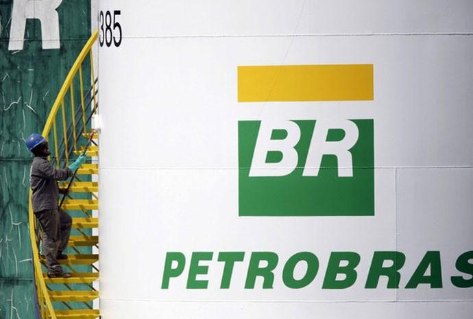 Trabalhador pinta tanque da Petrobras em Brasília. 30 de setembro de 2015