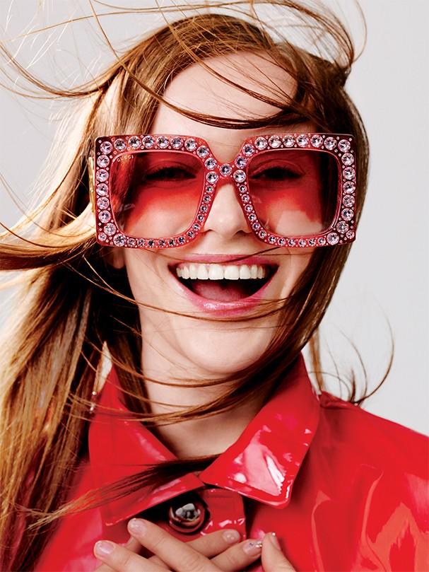 Tendência  Óculos com lentes vibrantes estão no rosto de todas as celebs!  Veja como usar 675b6d2747