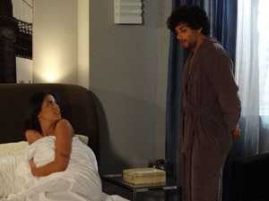 A bela acorda e nem desconfia de nada (Foto: Guerra dos Sexos/TV Globo)