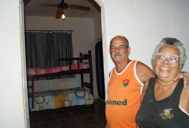 A professora aposentada Irani Bloomfield e o marido Edson cobram R$ 100 por pessoa para ocupar o quarto de sua casa na JMJ (Foto: Tássia Thum/G1)