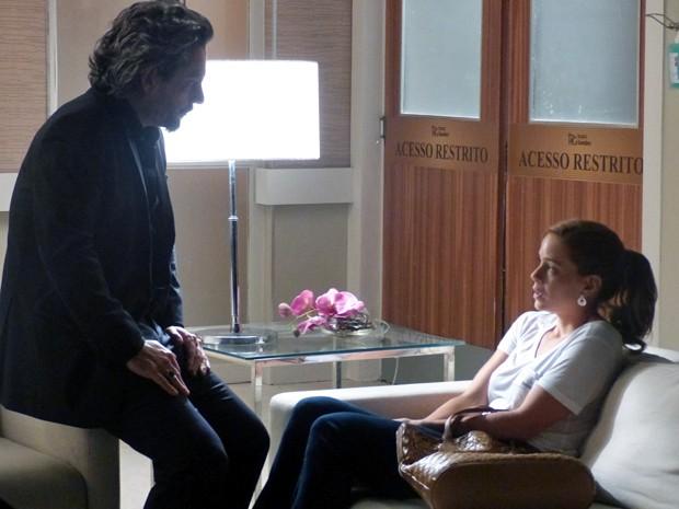 Zé conversa com Cristina sobre quem pode ter baleado Cora no desfile (Foto: Gshow)
