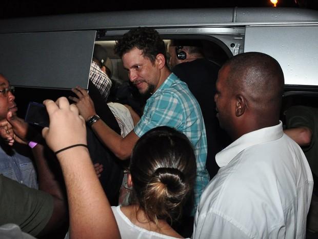 Ex-BBB Aslan tenta sair da van do programa 'Pânico' após festa do 'BBB' (Foto: Roberto Teixeira/ EGO)