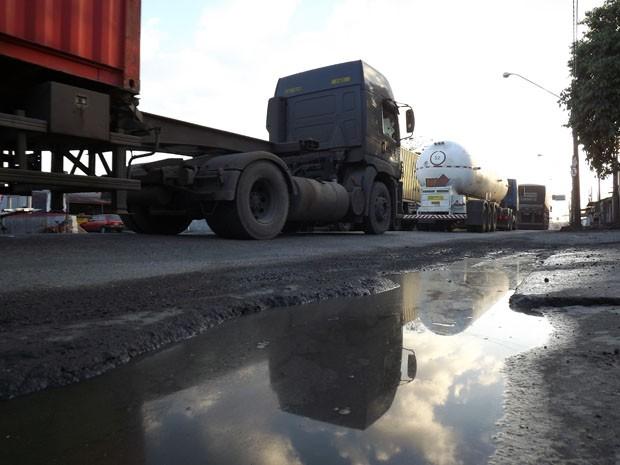 Caminhoneiros reclamam dos buracos na Rua do Adubo, em Guarujá, SP (Foto: Ivair Vieira Jr/G1)
