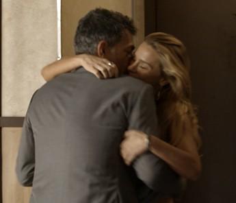Lara recebe Orlando e fica feliz com a presença do ex (Foto: TV Globo)