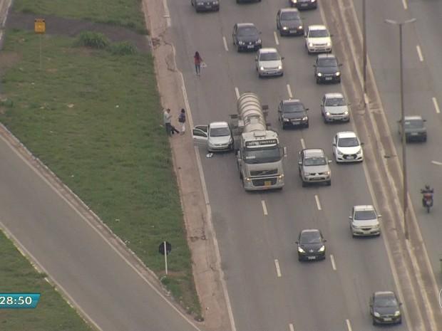 Caminhão e carro batem no Anel Rodoviário de Belo Horizonte nesta segunda-feira. (Foto: Reprodução/TV Globo)