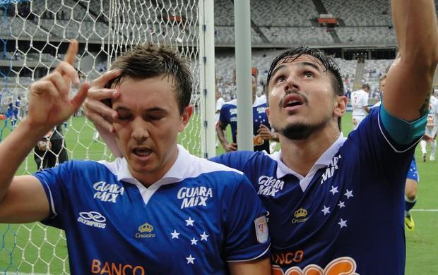 Dagoberto e Willian comemoram, Cruzeiro x Boa Esporte (Foto: Marco Antônio Astoni)