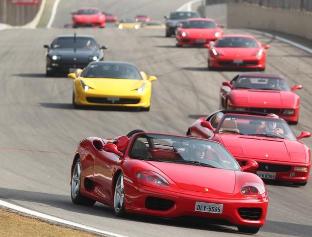Desfile de modelos Ferrari em Interlagos antes das Seis Horas de São Paulo (Foto: Luca Bassani / divulgação)