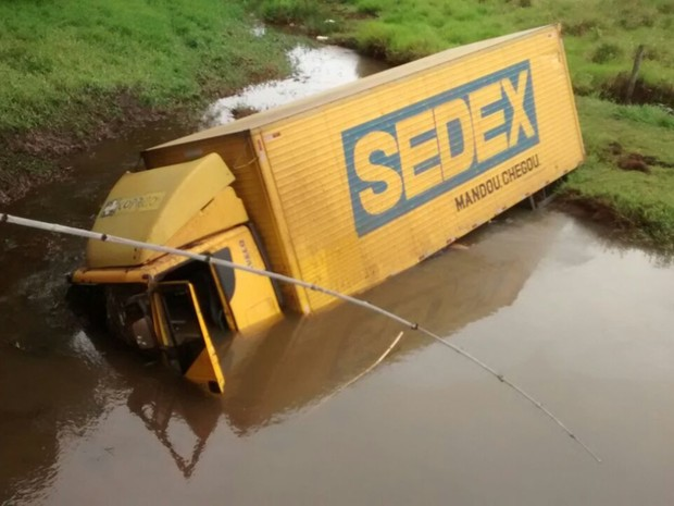 Caminhão caiu em um rio de Catanduva (Foto: Arquivo Pessoal)