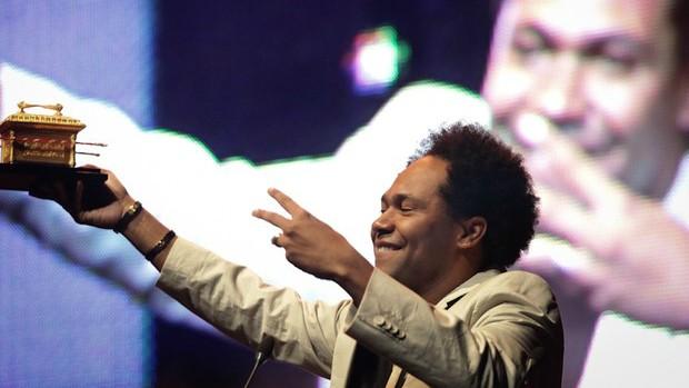 O cantor Thalles Roberto recebe um dos três prêmios que ganhou na segunda edição do Troféu Promessas, em 2012 (Foto: Caio Kenji\G1)