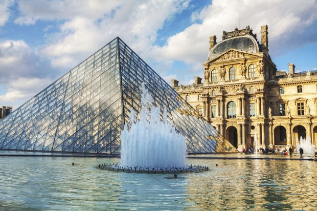The Louvre Pyramid in Paris (Foto: AndreyKrav/ Thinkstock)