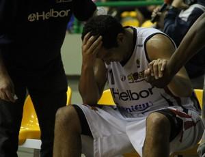 Guilherme Filipin fratura o rosto no NBB (Foto: Thiago Fidelix / Globoesporte.com)