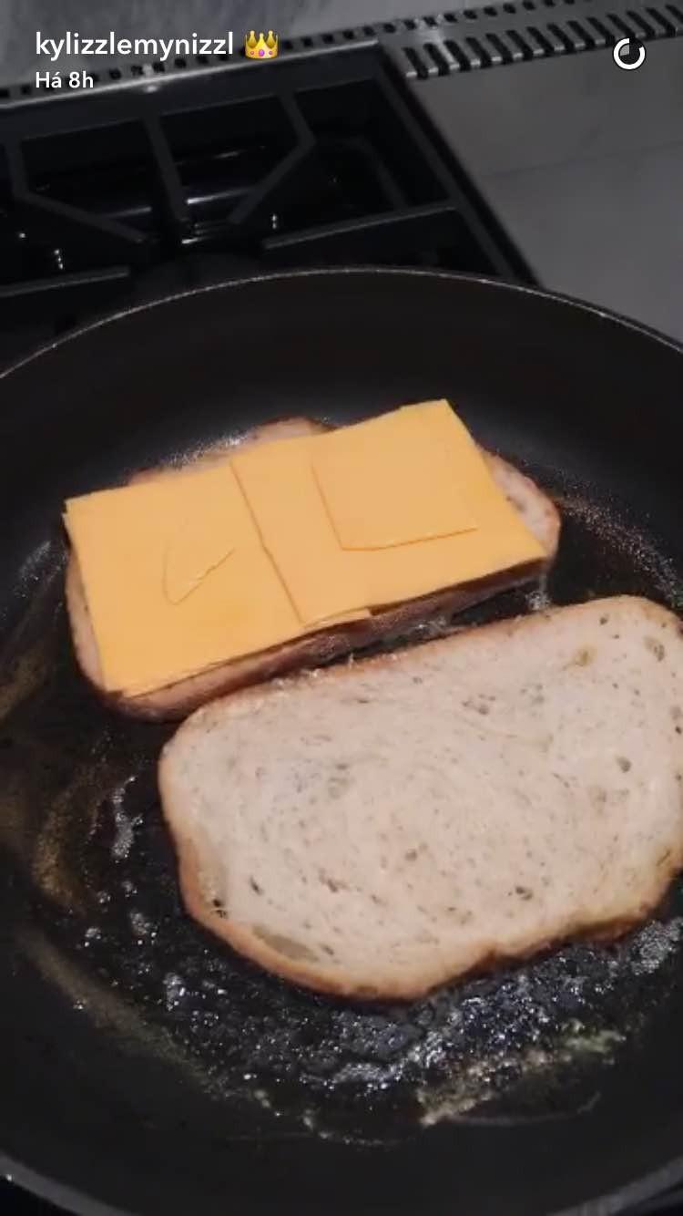 O jantar de Kylie Jenner: pão sourdough, manteiga, queijo cheddar... (Foto: Snapchat/Reprodução)