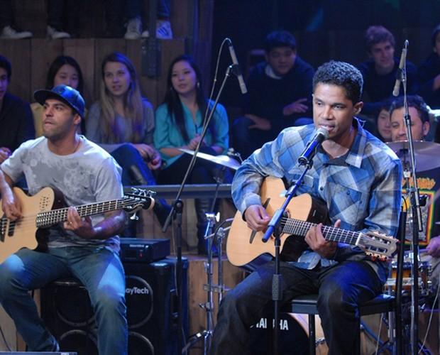 O grupo Natiruts embalando o programa Altas Horas (Foto: Zé Paulo Cardeal/TV Globo)