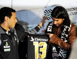 Abreu recebe camisa 13 de Tulio (Foto: Savio Hermano / GLOBOESPORTE.COM)