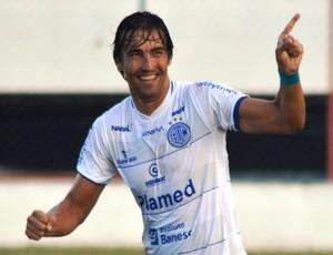 Kível fez os três gols do Confiança (Foto: Felipe Martins / GloboEsporte.com)