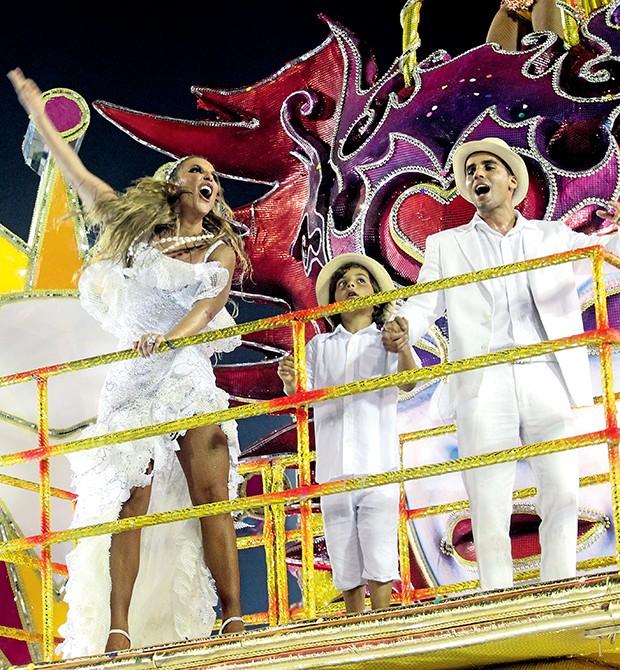 Para o encerramento, Ivete junta-se ao marido, Daniel Cady, e ao filho, Marcelo, em cima do carro alegórico  (Foto:  )