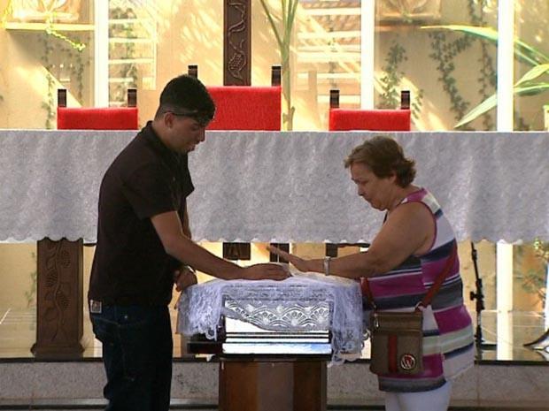 Familiares e amigos velam o corpo de Marcos Delefrate em Ribeirão Preto (Foto: Paulo Souza/EPTV)