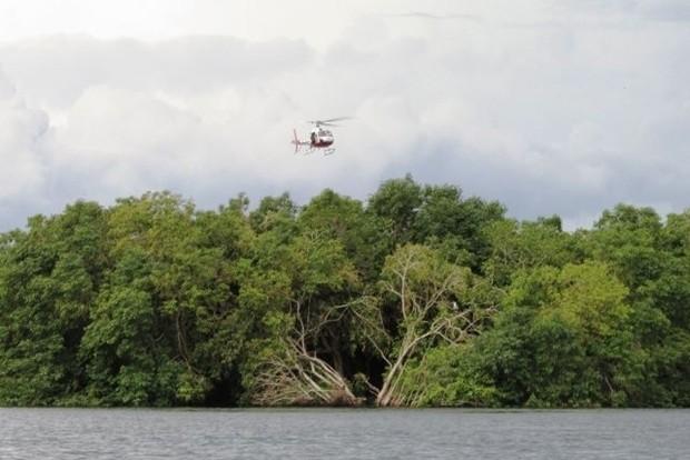 Helicóptero ajuda em buscas por pescador desaparecido (Foto: Reprodução TV Tem / Roni Willer)