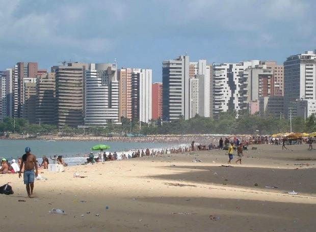 Depois da festa virada, a beira-mar de Fortaleza continuou cheia. Fortalezes e turistas começam 2012 tomando banho de mar. (Foto: G1 Ceará)
