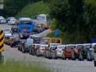 Paulistanos enfrentam filas para sair da cidade e para consumir no litoral