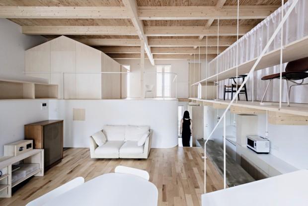 Praticidade. No projeto do escritório Jun Igarashi, do Japão, as paredes brancas rebatem a luz e iluminam o espaço. Ambientes polivalentes e o uso abundante de madeira pínus são algumas marcas da arquitetura japonesa contemporânea (Foto: Jun Igarashi / Divulgação)