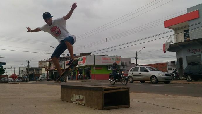 Skatistas de Ji-Paraná treinam na calçada por falta de espaço apropriado (Foto: Marco Bernardi)