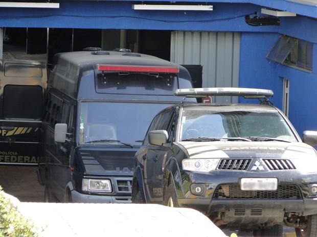 Carros da Polícia Federal estão preparados para levar condenados do mensalão para o IML, em BH (Foto: Pedro Triginelli/G1)