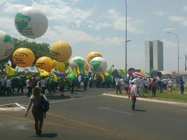Representantes de movimentos estudantis e sociais durante protesto contra Michel Temer na Esplanada dos Ministérios nesta terça-feira (13) (Foto: Elielton Lopes/G1)