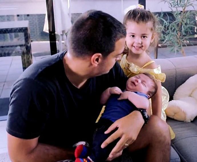 Pai curte e dá atenção aos dois filhos (Foto: TV Globo)