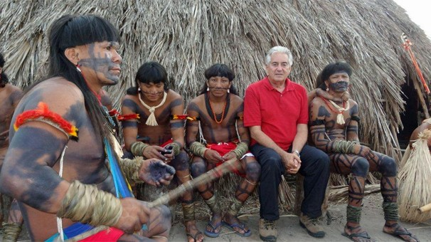 O repórter Francisco José com os índios Enawenê-Nawê em reportagem especial indicada ao International Emmy 2013  (Foto: Globo Repórter)