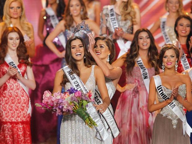 Vega recebeu a coroa da venezuelana Gabriela Isler (Foto: REUTERS/Andrew Innerarity )