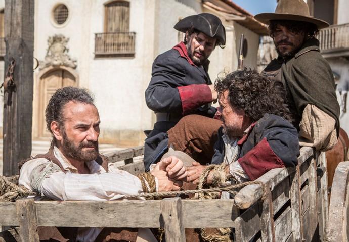 Mão de Luva e Casco de Boi são levados para a prisão (Foto: Felipe Monteiro/Gshow)