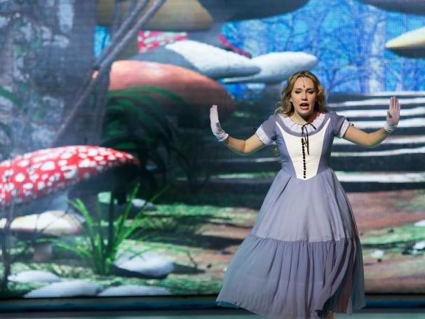 Alice passa por várias aventuras até voltar para o mundo real (Foto: Divulgação)