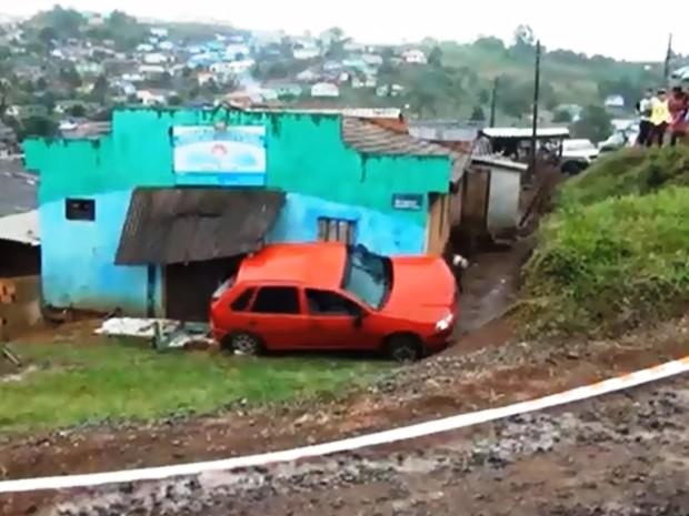 Carro parou quando bateu na parede de uma igreja  (Foto: Notícia Hoje/Divulgação)