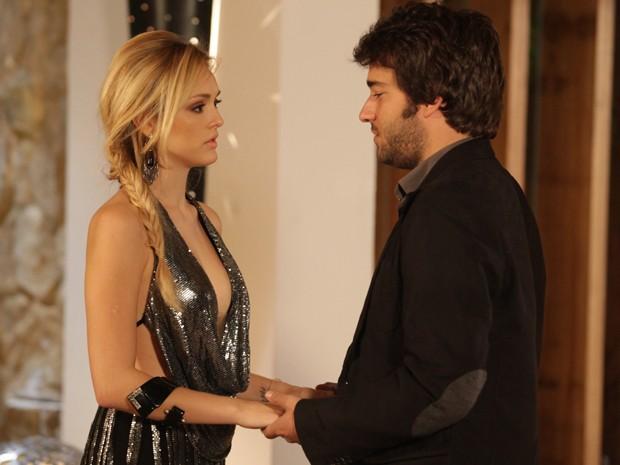 Davi manda a real para a loira e pede um tempo (Foto: Pedro Curi/TV Globo)
