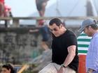 John Travolta joga futebol durante gravação em praia do Rio