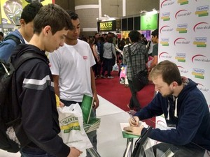 Autor autografou livros durante evento (Foto: Eder Traskini/Arquivo Pessoal)